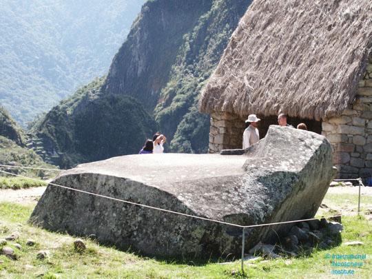 Странное сооружение, вырезанное из каменного монолита