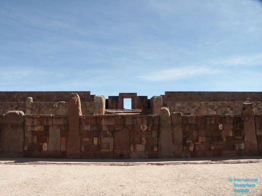 Приподнятая над землей пирамидальная платформа