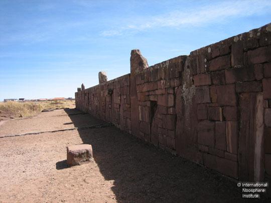 Частокол огромных камней и каменная кладка